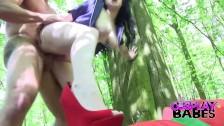 المشي في الغابات يمكن أن يصرخ بصوت عال كما يمكن لل