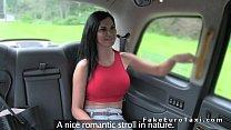 سائق سيارة أجرة يسأل الفتاة إذا أرادت ديك