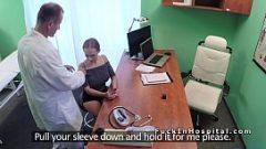 الدكتور غريب الجنس مع شقراء في دبي