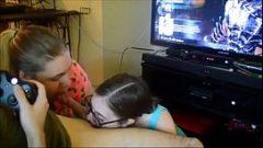 بنات مص ولعق الكرات له بينما هو اللعب على أجهزة إكس بوكس