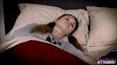 يستيقظ في الليل ويدعو حبيبته التي يريد ممارسة الجنس
