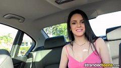 إنها تضع صديقها لإيقاف السيارة ليأتي المقعد الخلفي لتمتص منه