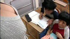 المعلم عاهرة الآسيوية يترك اثنين من المراهقين اللعب مع الثدي