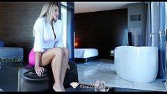 امرأة جميلة ناضجة استغل من قبل الرجل الذي يفعل التدليك في المنزل