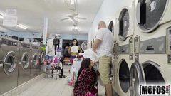 رجل مع العضلات تعطي القطع جار في غسل الملابس في الأماكن العامة