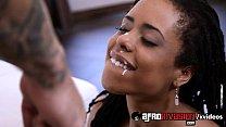 هيئة امرأة جميلة السوداء سيئة للسماح للرجل أن يقذف في فمها