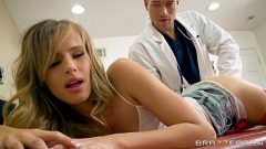 طبيب نسائي الملاعين فتاة شابة الذي يريد السيطرة ولكن أن ترفض ديك