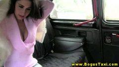امرأة سمراء الشباب في ثونغ مارس الجنس في المقعد الخلفي من سيارة أجرة
