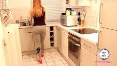 الجنس في المطبخ مع أحمر الشعر الذي يحصل على الكثير من الحيوانات المنوية في المهبل