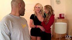 اثنين الهرات يشير رجل أن يمارس الجنس مع لهم، وأنهم متحمسون