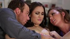الثلاثي مع اثنين من الفتيات جيدة بشكل لا يصدق وجنون