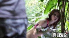 يرتاح القيام اليوغا في الغابة ولكن يتم اكتشاف ومارس الجنس من قبل رجل منحرفة