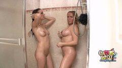 امرأة ناضجة وشابة من بوسها والثدي لمس فاسق في الحمام