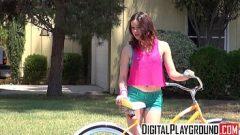 الشباب راكبي الدراجات الجنس في الأماكن العامة مع سائق الجيران