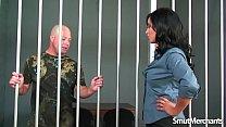 شرطية مص امرأة سمراء سخيف وسجين تمارس الجنس خطير ومجموعه