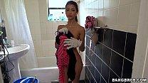 امرأة سمراء في ملابس داخلية مثيرة ينظف الحمام وتريد أن تجعل من الصعب ديك الخاص بك