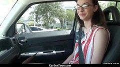 الجنس في سيارة مع امرأة سمراء لديها القرط في كس صغير