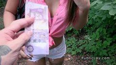 الجنس مقابل المال مع امرأة شابة لا يهتم أنها يمكن أن رؤية شخص