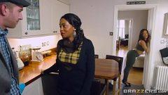 تمكن من إقناع امرأة سوداء الشباب لإعطاء لها العضو التناسلي النسوي