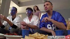 الذهاب إلى منزل أحد الأصدقاء لمشاهدة المباراة ولكن يغوي زوجته