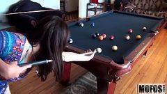 الجنس على طاولة بليارد مع امرأة سمراء الساخنة