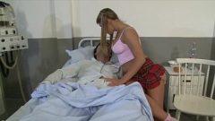 الكلبة الشباب تزور حبيبها المتزوج في المستشفى ويعطي بوسها