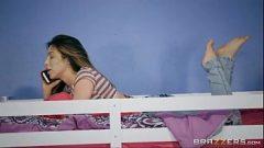 ينزل الشقيقة في السرير مع رجل الملاعين في حين تتحدث على الهاتف