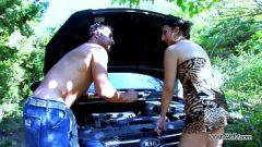 انه يعرف كيفية إصلاح السيارات والملاعين بوسها لتصليح السيارات