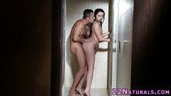 الجنس في الحمام مع امرأة سمراء الساخنة مص جيدا ويتحرك له الأرداف القاتل