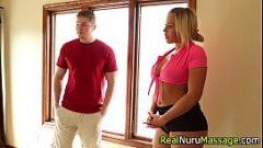 امرأة جميلة مع كبير الثدي ويجعل الطالب الشاب الذي هو متحمس
