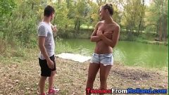 التقيا بالصدفة بالقرب من البحيرة ويعطي اللعنة حتى نائب الرئيس على كس