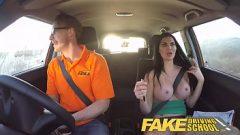 الجنس في سيارة مع امرأة سمراء الذي لديه كبير الثدي وهو مجنون