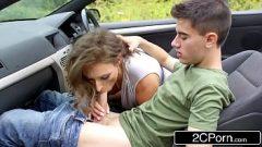 تولى شبق مص امرأة شابة الفرصة بالسيارة