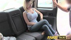 سخيف في السيارة مع امرأة تقدم كس جميع الرجال التي تعطيه