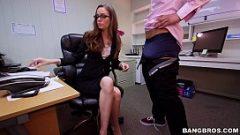 بعد يوم من العمل الشاق امرأة جميلة مص مكتب زميل