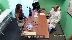 طبيب ممارسة الجنس مع المرضى أنفسهم حريصة من أجل المتعة