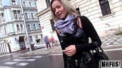 وينظر الى امرأة ممارسة الجنس في الأماكن العامة دون أن يهتم بأن
