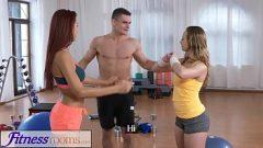 الجنس مع اثنين من النساء الجميلات الذين يقومون اللياقة البدنية ليكون مارس الجنس بطل