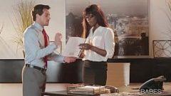 الأمين امرأة سوداء مع الكمال الجلد على نحو سلس والملاعين مع رئيسها في مكتب