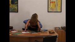 الجنس في المكتب مع امرأة جميلة لا يمكن أن يقف على الإطلاق دون ممارسة الجنس