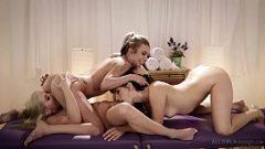 ثلاث فتيات يتصرفون معا وصبي عدم إعطاء القضيب الخاص بك للعب