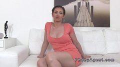 امرأة ناضجة جميلة الحصول على المجردة وتمتص ديك للحصول على وظيفة