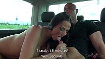 تأخذ امرأة سمراء مع سيارة والقذف على الحمار اللعنة مثير