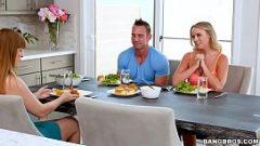 تناول الغداء مع اثنين من الزملاء واتخاذ واحدة في اليد تحت الطاولة