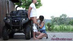 رجل سخيف جارة لامرأة سمراء يونة الجسم يريد ممارسة الجنس الشرجي