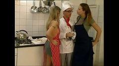 امرأتان ممارسة الجنس في المطبخ مع كوك ذوي الخبرة