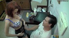 انه يدل على رجل أنها يمكن أن تمتص أفضل القضيب ضد زوجته