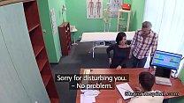 ويدعو الطبيب المشوه زوجة الرجل إلى ممارسة الجنس معه في المكتب