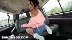 إقناع امرأة سمراء شابة بعض اللاعبين ليمارس الجنس معها في سيارة