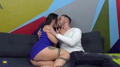 الصبي يجمع بين امرأة ناضجة الذي لديه كس الرطب جدا عندما تقبيل لها